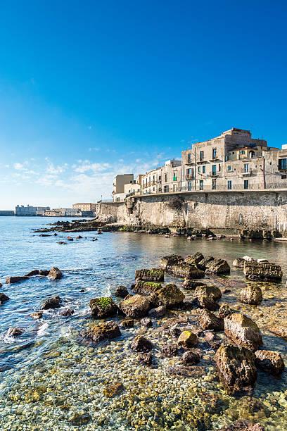 panoramablick auf die alten ortigia insel, syrakus, sizilien. italien. - ortygia stock-fotos und bilder