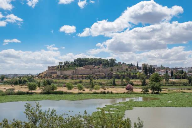 Vista panorámica de la Alcazaba árabe de la ciudad de Badajoz con el río Guadiana en frente - foto de stock