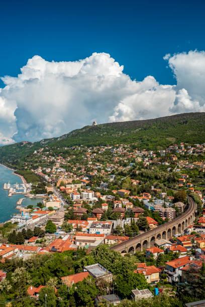 panoramablick auf die schöne stadt triest in italien - friaul julisch venetien stock-fotos und bilder