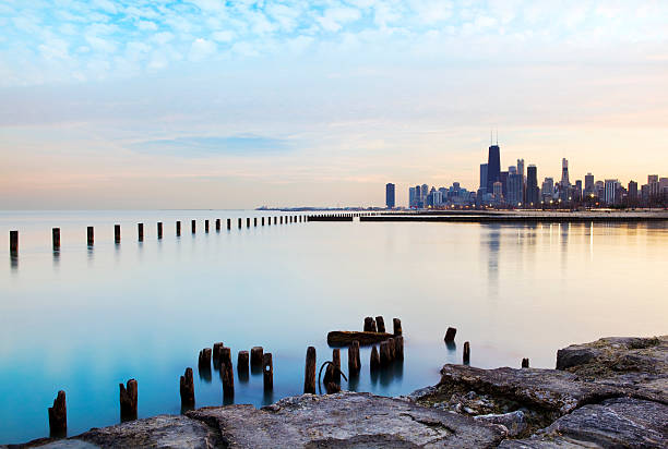 panoramic view of the chicago river and skyline - meeroever stockfoto's en -beelden