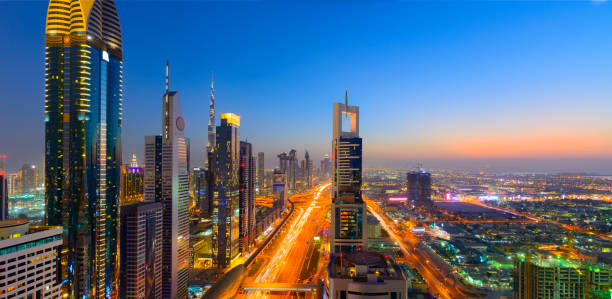 panoramablick auf die skyline der innenstadt von dubai stadt bei sonnenuntergang, vereinigte arabische emirate - sheikh zayed road stock-fotos und bilder