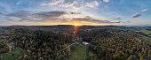 Panoramaaufnahme der Externsteine mit dem Sonnuntergang im Hintergrund - Drohnenaufnahme Landschaftsfotografie