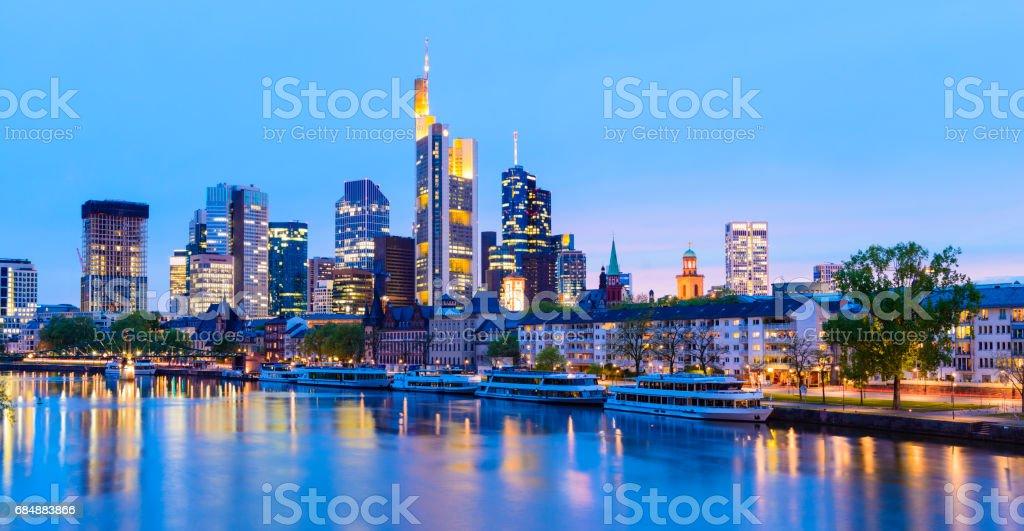 Panoramablick auf die Skyline von Frankfurt und Main River Reflexion in der Dämmerung, Deutschland Lizenzfreies stock-foto