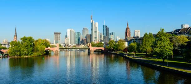 panoramablick auf die skyline von frankfurt und mainufer mit reflexion, deutschland - main stock-fotos und bilder
