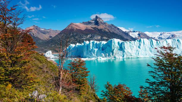 Panoramablick auf den gigantischen Perito Moreno Gletscher, seine Zunge und Lagune in Patagonien im goldenen Herbst, Argentinien – Foto