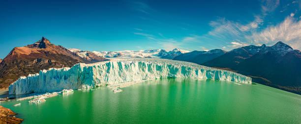 Panoramablick auf den gigantischen Perito Moreno Gletscher mit Weitwinkel-Fischaugenkamera in Patagonien im goldenen Herbst, Argentinien – Foto
