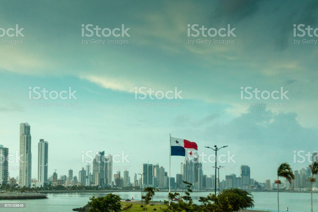 Vista panorâmica do lado moderno da cidade do Panamá, com seus prédios altos, bem pelo Oceano Pacífico. - foto de acervo
