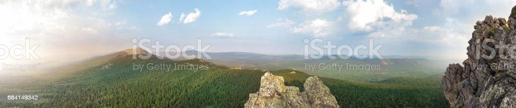 Panoramautsikt över bergen och klipporna, södra Ural. Sommar i fjällen. Visa från bergen. Naturen av södra Ural. royaltyfri bildbanksbilder