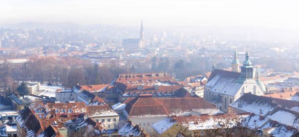 einen panoramablick auf die altstadt vom grazer schlossberg in frostigen wintermorgen, graz, österreich. im hintergrund die kirche des heiligsten herzens jesu - stadt graz stock-fotos und bilder
