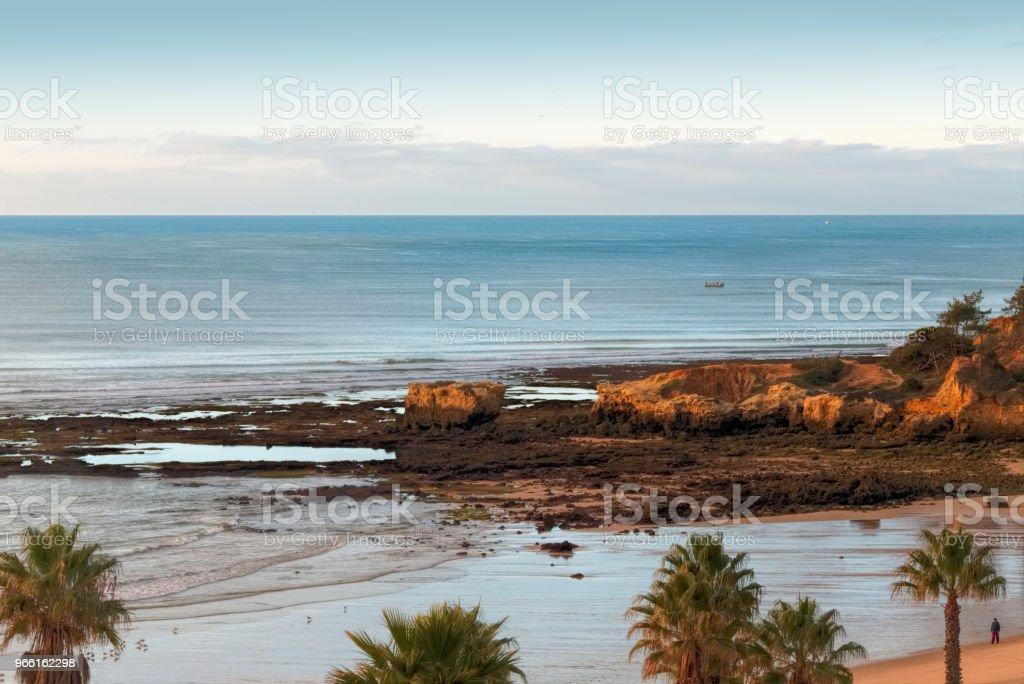 Panoramic view of the rock formations. Praia de Marinha, Caramujeira, Lagoa, Algarve, Portugal. - Foto stock royalty-free di Abbronzarsi