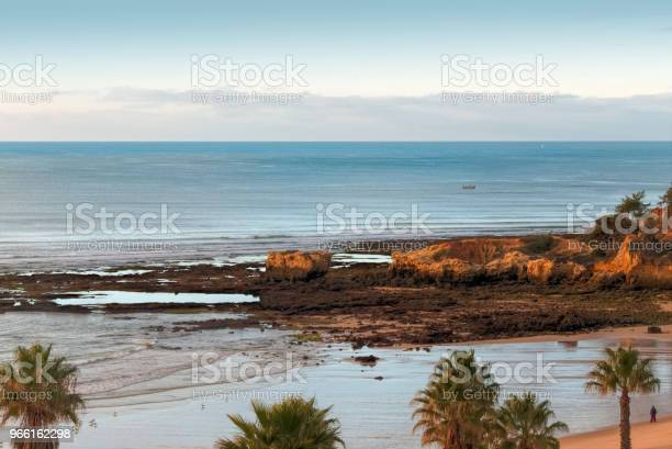 Vista Panoramica Delle Formazioni Rocciose Praia De Marinha Caramujeira Lagoa Algarve Portogallo - Fotografie stock e altre immagini di Abbronzarsi