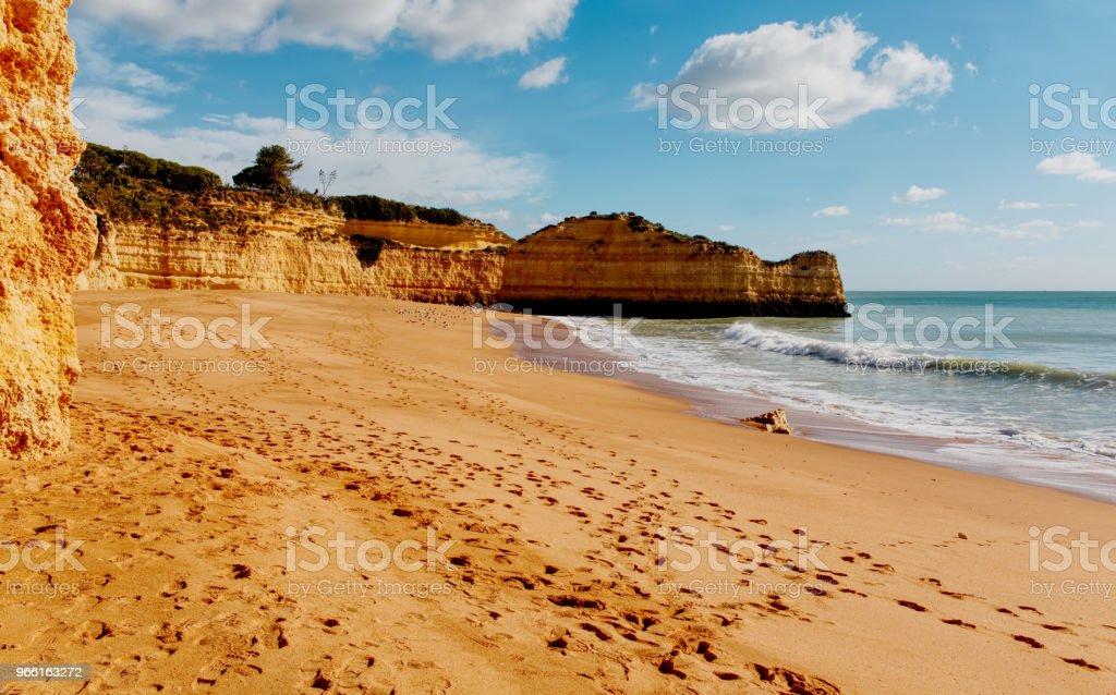 Panoramavy av klippformationer. Praia de Marinha, Caramujeira, Lagoa, Algarve, Portugal. - Royaltyfri Algarve Bildbanksbilder