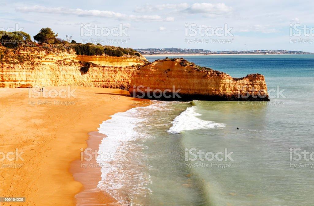 Panoramasicht auf die Felsformationen. Praia de Marinha, Caramujeira, Lagoa, Algarve, Portugal. - Lizenzfrei Algarve Stock-Foto