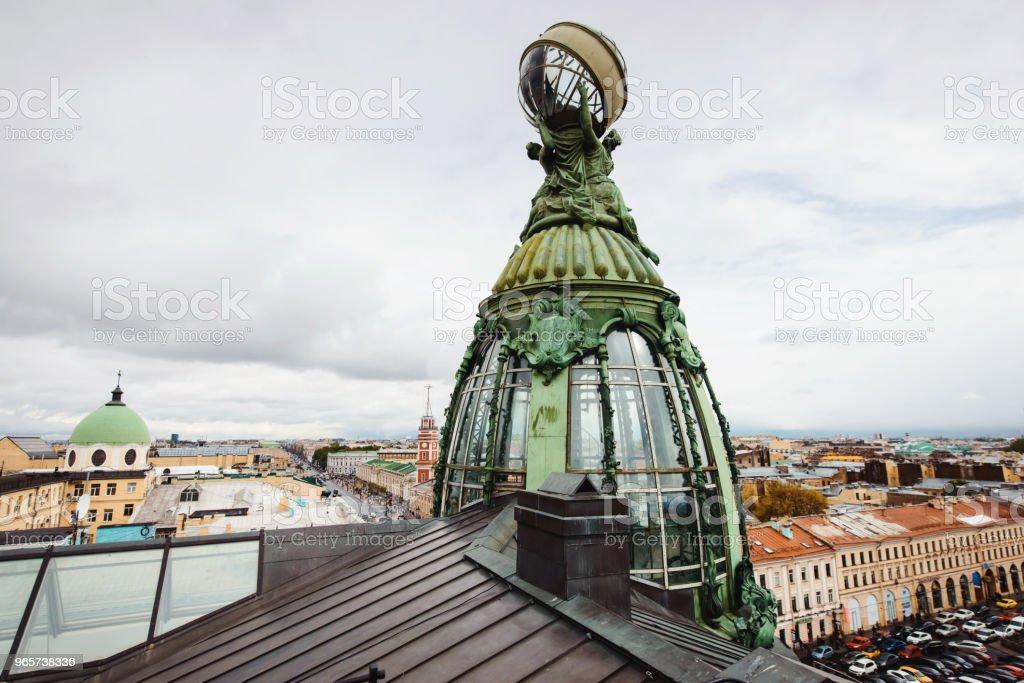 Panoramisch uitzicht op de daken met ventilatie gaten en schoorstenen, spiers, torens, koepels van de kerken en kathedralen in de zomeravond. Sint-Petersburg, Rusland. Toerisme wereld kopje voetbal 2018 - Royalty-free Architectuur Stockfoto