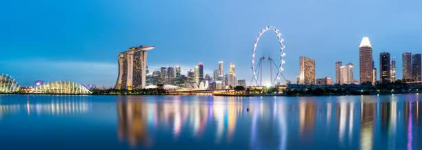 vista panorámica de singapur centro horizonte de la ciudad en el crepúsculo desde el parque del este de la bahía - singapur fotografías e imágenes de stock