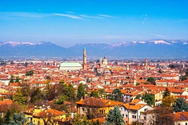 panoramablick von vicenza. basilica palladiana und alpen. italien - vicenza stock-fotos und bilder