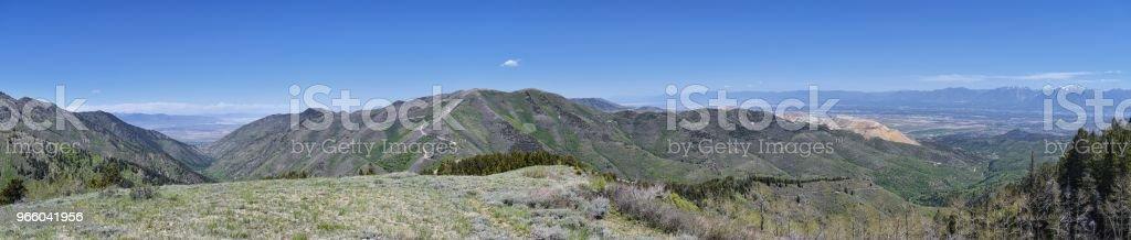 Panoramisch zicht van Wasatch Front Rocky Mountains van de Oquirrh Mountains, door Kennecott Rio Tinto Copper mine, Utah Lake en het Great Salt Lake Valley in het vroege voorjaar met het smelten van sneeuw en Cloudscape. Utah, USA. - Royalty-free Alpine - Utah Stockfoto