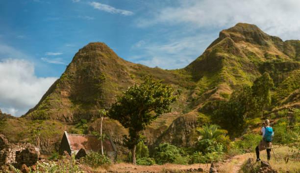 panoramablick über frau tourist mit blauen rucksack machen foto landschaft in den bergen von santo antao insel, cabo verde - kapverdische inseln stock-fotos und bilder