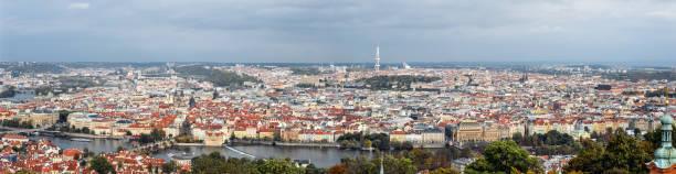 panoramablick auf charls bridge, moldau, fernsehturm und prager altstadt, tschechien - ein topf wunder stock-fotos und bilder