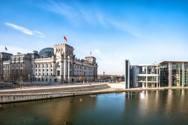 panoramablick auf regierungsviertel in berlin - berlin mitte stock-fotos und bilder