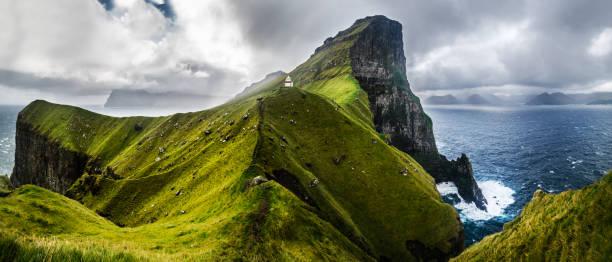 panoramisch zicht op kallur, faeröer - faeröer stockfoto's en -beelden