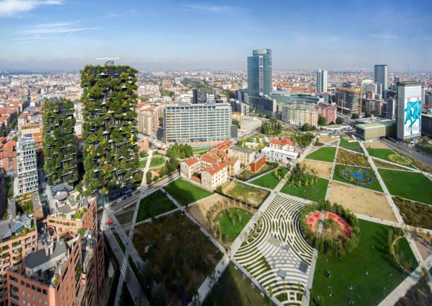 panoramisch uitzicht op park biblioteca degli alberi door architect petra blaisse, porta nuova district, milaan - milaan stockfoto's en -beelden