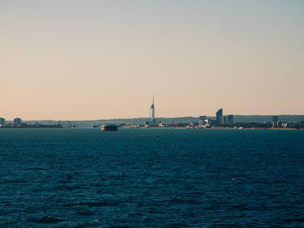 Panoramablick auf die Gebäude von Portsmouth vom Kreuzfahrtschiff im Meer – Foto