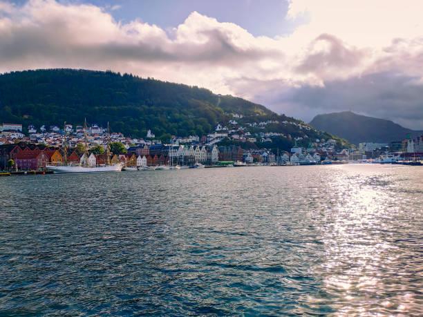 Panoramablick auf die norwegische Stadt Bergen Straßen und Gebäude bei bewölktem Wetter – Foto