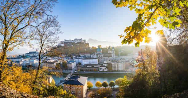 panoramablick über die stadt salzburg im herbst, österreich - salzburg stock-fotos und bilder