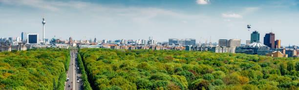 緑豊かなティーアガルテン公園上のベルリンのスカイラインの全景 - グローサーシュテルン広場 ストックフォトと画像