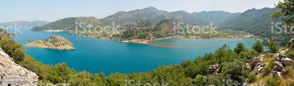 Orhaniye defne, Orhaniye Köyü ve Bozburun Yarımadası'nın Türkiye'deki Kizkumu beach üzerinden panoramik görünüm. stok fotoğrafı