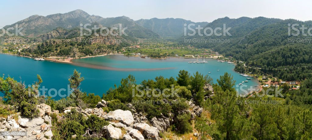 Orhaniye Köyü ve Bozburun Yarımadası'nın Türkiye'deki Kizkumu beach üzerinden panoramik görünüm. stok fotoğrafı