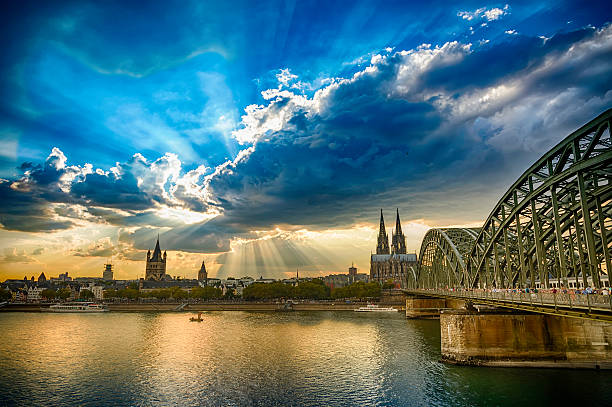 panoramic view to cologne cathedral and hohenzollernbrücke at sunset (hdr) - hohenzollernbrücke stock-fotos und bilder