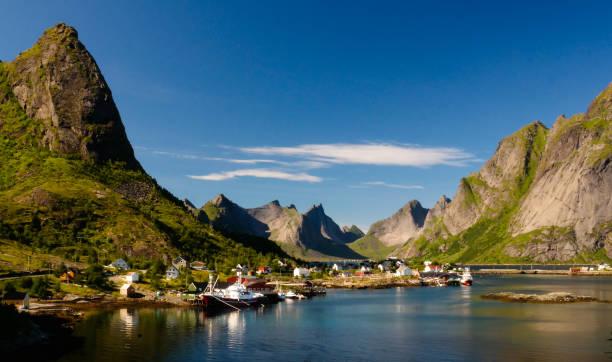 Vista panorâmica para a aldeia de Reine e Gravdalsbukta, Lofoten, Noruega - foto de acervo
