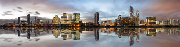 panoramablick auf die docklands und canary wharf in london - canary wharf stock-fotos und bilder