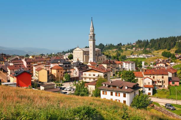 panoramablick auf die stadt gallio, vicenza, italien - vicenza stock-fotos und bilder