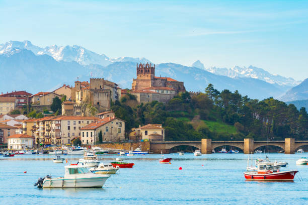 panoramic views to san vicente de la barquera traditional village at cantabria, spain san Vicente de la barquera Spanish town with mountain range at background cantabria stock pictures, royalty-free photos & images