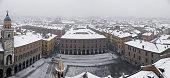 Panoramica di Modena (Italia) veduta dall'alto mentre cade la neve: piazza grande e centro storico