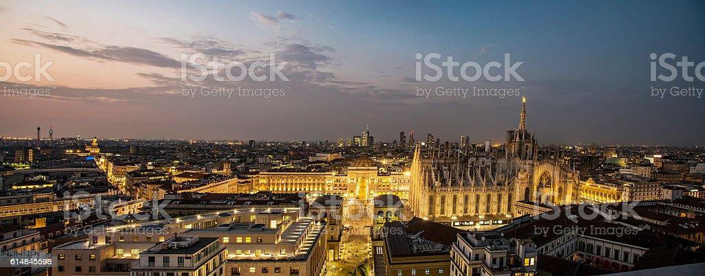 Panoramica notturna di Milano - foto stock