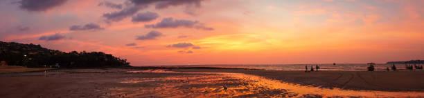Panorma - schöne goldene orange lila Sonnenaufgang am Strand Küste von Thailand – Foto