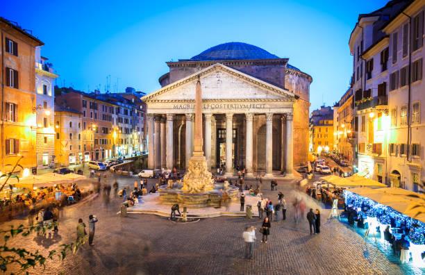 Panteón en la noche en Roma, Italia, Europa. Obra maestra de la arquitectura romana antigua, era el templo de los dioses. Panteón de Roma es uno de los hitos más conocidos de Roma y de Italia - foto de stock
