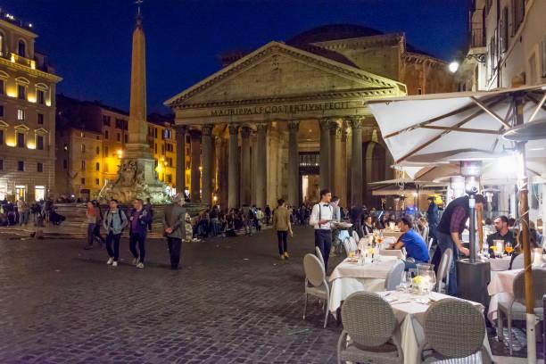 pantheon in der nacht mit geöffneten restaurants - griechische partyspeisen stock-fotos und bilder