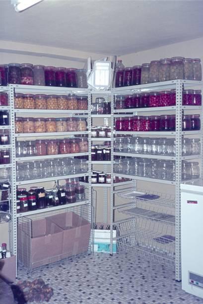 pantry - keller organisieren stock-fotos und bilder