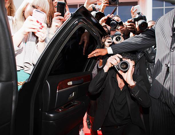 Paparazzi und fans, Fotos in car door – Foto
