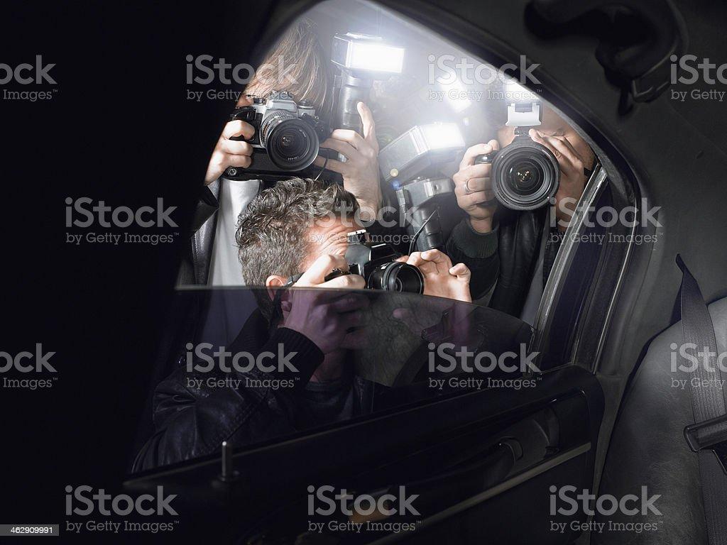 Paparazzi schießen durch ein Fenster – Foto