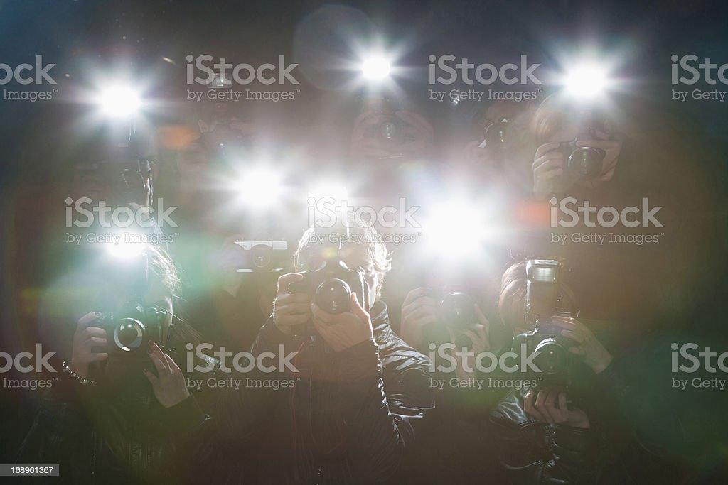 Paparazzi das Fotografieren mit Blitzlicht – Foto