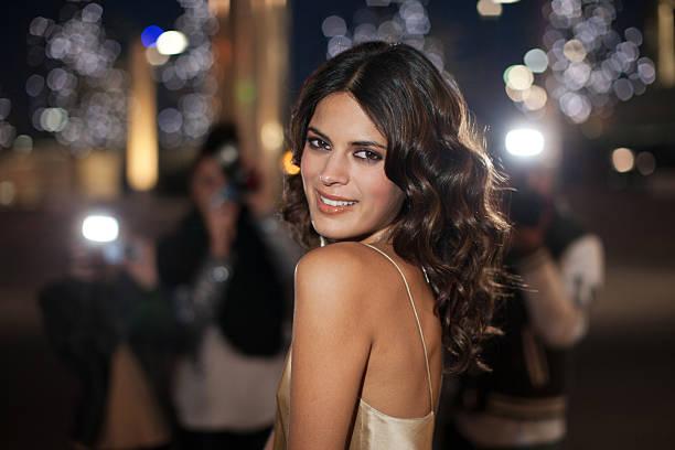 paparazzi, lächeln celebrity-foto - lange abendkleider stock-fotos und bilder