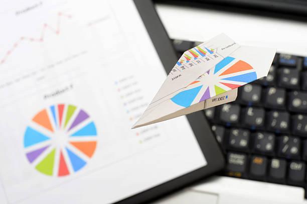 Papierflugzeug, business-Diagramme und key Bord – Foto