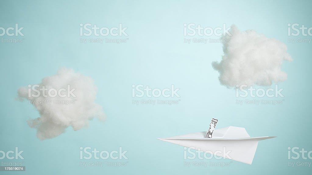 Avion en papier en traversant le ciel - Photo