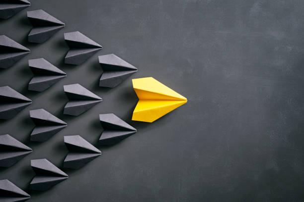 avion en papier sur tableau noir - origami concept jaune - origami photos et images de collection